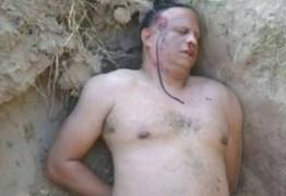 Homem descobre que esposa contratou matador e resolve simular própria morte para incriminá-la