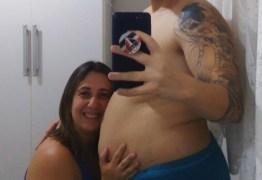 Homem grávido dá à luz primeira filha após inseminação artificial 'caseira'