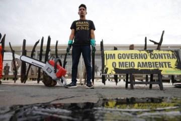 leo planalto - PROTESTO: Greenpeace derrama óleo no Palácio do Planalto em ato contra manchas de petróleo no Nordeste - VEJA VÍDEO
