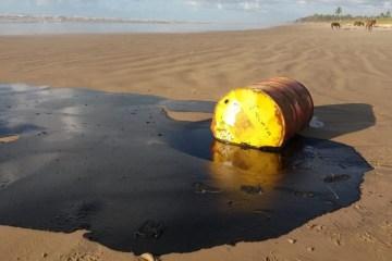 leo praias - Óleo de barris encontrados em praias é o mesmo das manchas que poluem o Nordeste