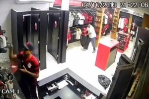 1 07 roubo loja flamengo repvideo 13629210 300x201 - Criminosos roubam loja do Flamengo e comemoram nas redes sociais - VEJA VÍDEO