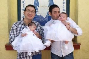 1 casal adota bebe hiv 10 e1571339838611 13825040 300x201 - Casal gay adota criança com HIV rejeitada por 10 famílias e tem surpresa; veja