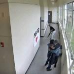 1 professor 13842101 - Professor evita tragédia ao abraçar aluno para desarmá-lo