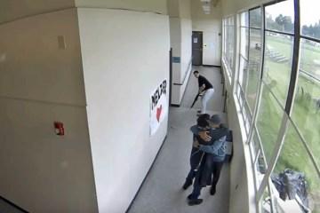 Professor evita tragédia ao abraçar aluno para desarmá-lo