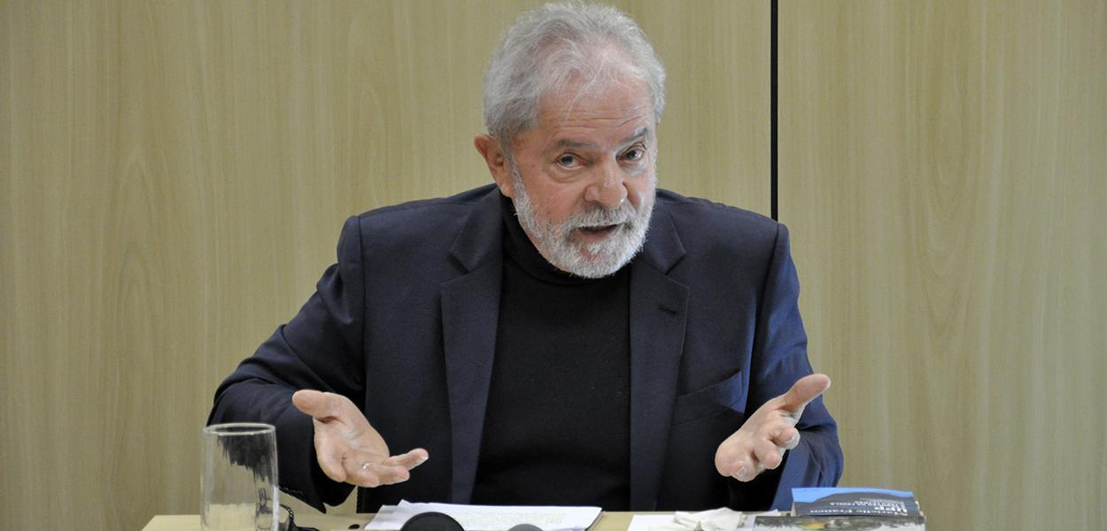 Com o livro de Janot na mão e 'gravata de presidente', Lula dispara: 'A casa está caindo'