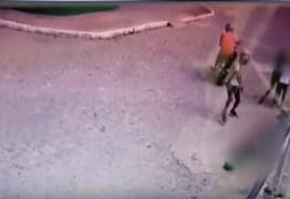Homem é executado com vários tiros na frente de duas crianças e câmera de segurança filma tudo: VEJA VÍDEO