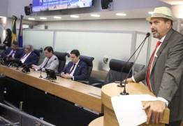 Jeová Campos lamenta falecimento de padre Raymundo e o homenageia com discurso na tribuna da ALPB