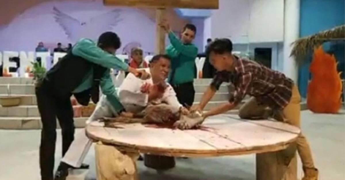 Pastor René Henríquez Reprodução - 'Para lembrar morte de Crsito': Pastor sacrifica cabra durante culto e causa polêmica