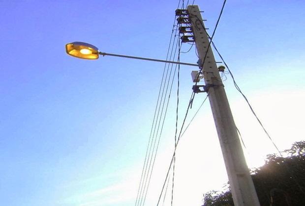 Poste com luz acesa durante o dia Divulgação - Iluminação pública de São José de Piranhas, Triunfo, São Bento e Sobrado está sendo renovada pela Energisa