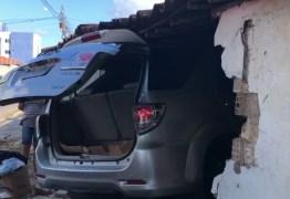 Veículo invade residência e deixa duas pessoas feridas em João Pessoa