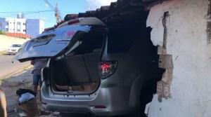 acidente carro cristo casa 300x167 - Veículo invade residência e deixa duas pessoas feridas em João Pessoa