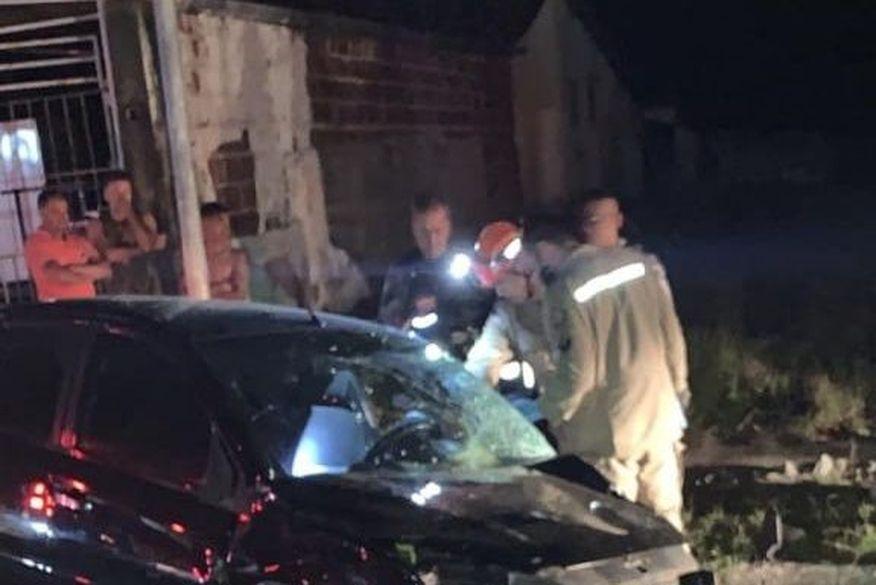 acidente cruz das armas - Motorista morre após capotar carro e bater em poste na Av. Cruz das Armas