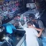 assalto beijo 960x590 - Durante assalto, bandido beija cabeça de idosa para acalmá-la: não quero seu dinheiro' - VEJA VÍDEO