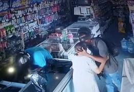 Durante assalto, bandido beija cabeça de idosa para acalmá-la: não quero seu dinheiro' – VEJA VÍDEO