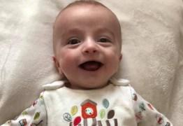 Bebê sorri para o pai depois de cinco dias em coma e foto viraliza