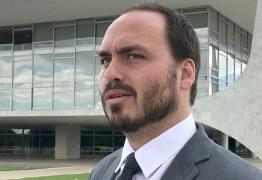 Vereador Carlos Bolsonaro defendeu jornalista que deu tapa em Gleen Greenwald: 'Questão de honra'