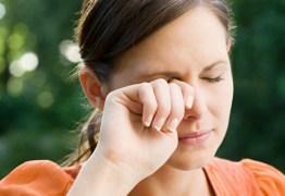 Coçar os olhos provoca prejuízos à visão e pode causar cegueira