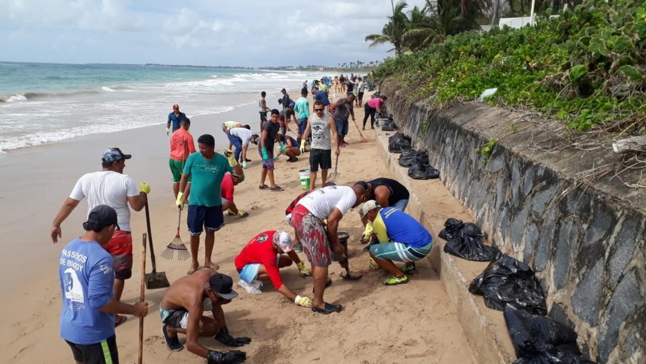 cupe ipojuca voluntarios - DANO AMBIENTAL: Pernambuco recolhe 30 toneladas de óleo de praias neste sábado