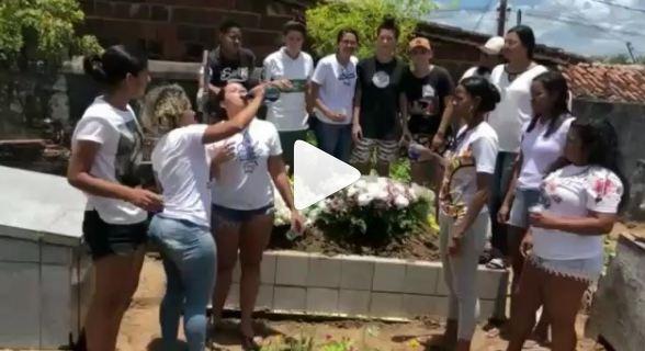 HOMENAGEM OU FALTA DE RESPEITO? Jovens comemoram morte de amiga com bebida e música
