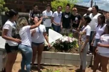 festa tumulo - HOMENAGEM OU FALTA DE RESPEITO? Jovens comemoram morte de amiga com bebida e música - VEJA VÍDEO
