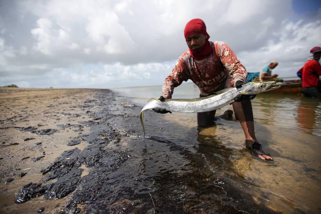 Óleo pode restringir trabalho de 144 mil profissionais da pesca no Nordeste