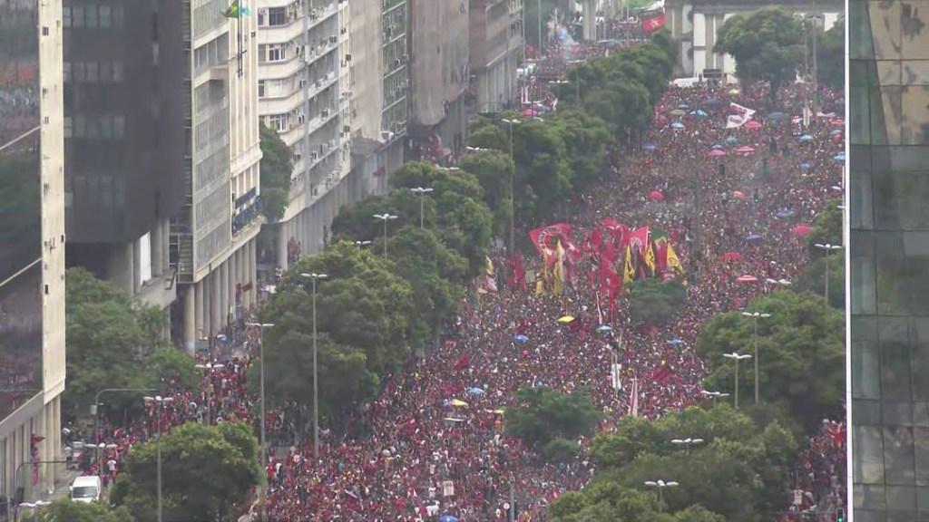24fla09 1024x576 - Flamengo comemora título com torcida pelas ruas do Rio de Janeiro - ASSISTA!