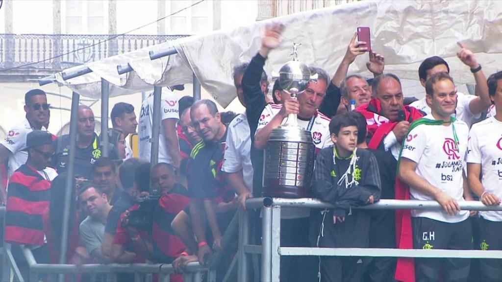24fla10  1024x576 - Flamengo comemora título com torcida pelas ruas do Rio de Janeiro - ASSISTA!