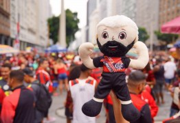 Boneco de Gabigol vira febre na festa da vitória do Flamengo