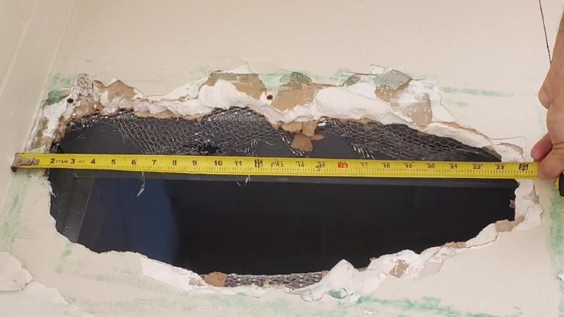 AAJWBkW - SAÍDA SURPREENDENTE! Presos fogem de prisão por buraco de 56 cm no teto