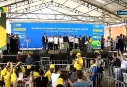 Bolsonaro é recebido com gritos de 'mito' para entrega do Aluízio Campos e compartilha momento em suas redes sociais