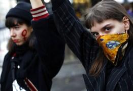 Milhares de mulheres protestam em Paris contra violência e feminicídio