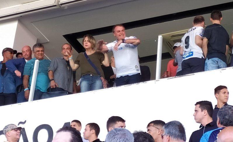 bolsonaro santos e1573935288532 - TORCIDA DIVIDIDA: Bolsonaro é recebido com vaias e aplausos na Vila Belmiro - VEJA VÍDEO