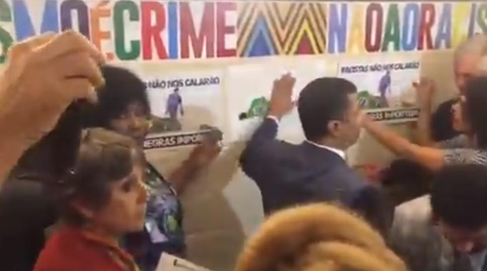 coronel tadeu - Assessor do PSL provoca manifestantes do movimento negro durante ato em repúdio ao vandalismo racista cometido pelo Coronel Tadeu