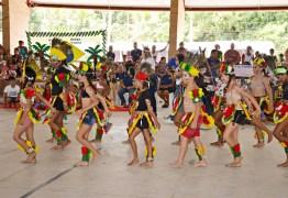 Centenas de alunos de Santa Rita apresentam projeto sobre tradições indígenas