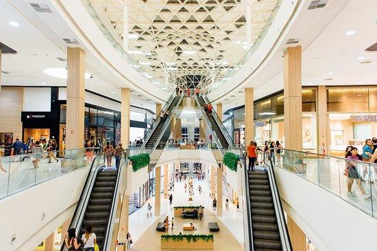 escadaria central - Manaira e Mangabeira Shopping estendem horário de funcionamento na véspera e Dia de Finados