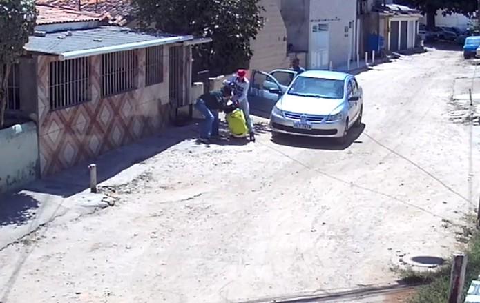 espancamento recife - Câmera de segurança flagra dois homens espancando mulher na Zona Sul do Recife - VEJA VÍDEO