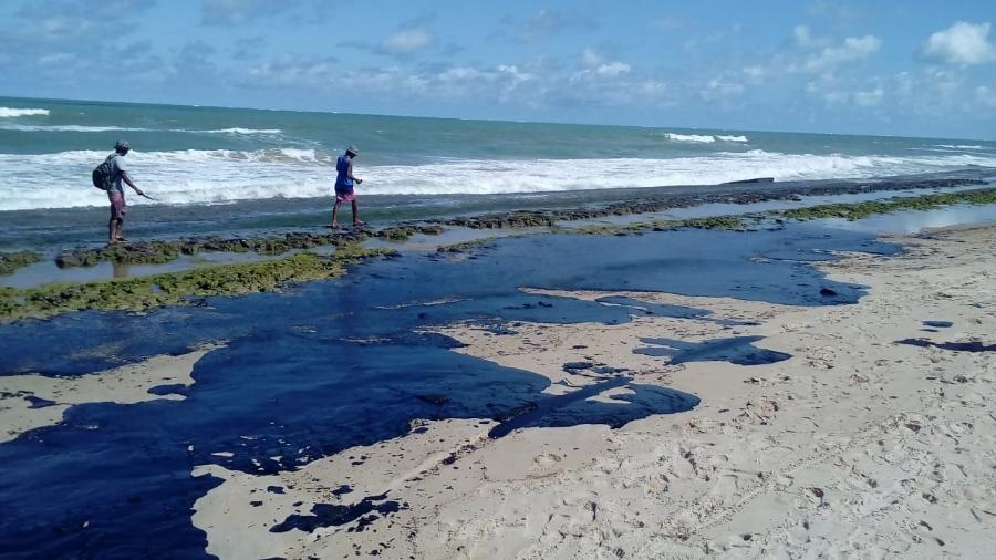 extensa mancha de oleo e vista na praia do pontal do peba vizinha a foz do rio sao francisco em alagoas 1570476137761 v2 900x506 - SEM RENOVAÇÃO: CPI que investigava derramamento de óleo na costa do Nordeste é encerrada
