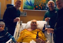 Antes de morrer, idoso toma a última cerveja com seus filhos