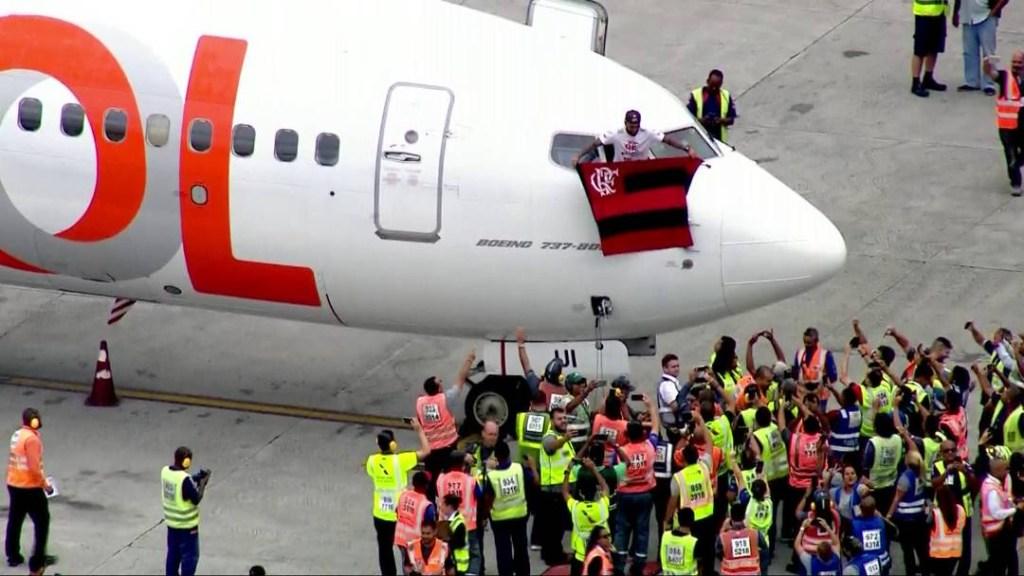 gabigol aviao rio 1024x576 - Flamengo comemora título com torcida pelas ruas do Rio de Janeiro - ASSISTA!