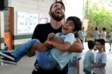 Professor pula corda com aluno cadeirante nos braços e comove a internet; VEJA VÍDEO