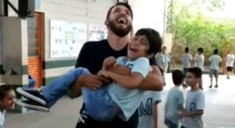 images 2 6 - Professor pula corda com aluno cadeirante nos braços e comove a internet; VEJA VÍDEO
