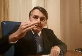 """Chateado"", Bolsonaro acusa PT de ""ir pra cima"" de Carlos"