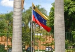 Com apoio de deputados brasileiros, aliados de Maduro recuperam controle da embaixada venezuelana