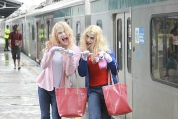 x85643885 ri rio de janeiro rj 11 10 2019os jovens thiago e lucas rafael se vestem como as per.jpg.pagespeed.ic .X1MJlD CSR - Artistas de rua fazem sucesso como as personagens do filme 'As Branquelas' - VEJA VÍDEO