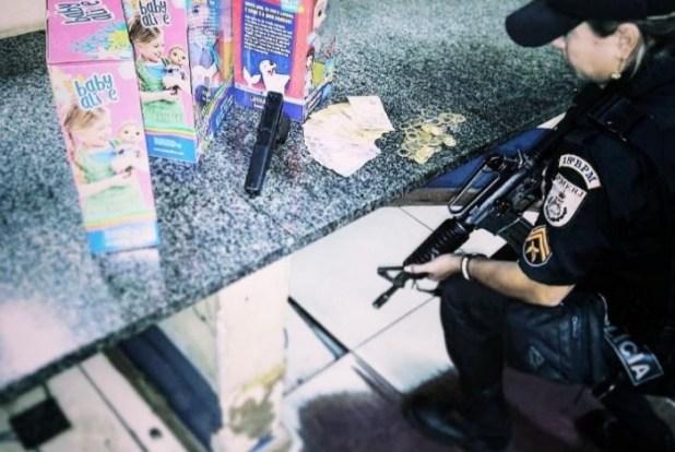 1 capturar 14688189 300x201 - Polícia prende homem com arma falsa após assaltar loja e roubar bonecas