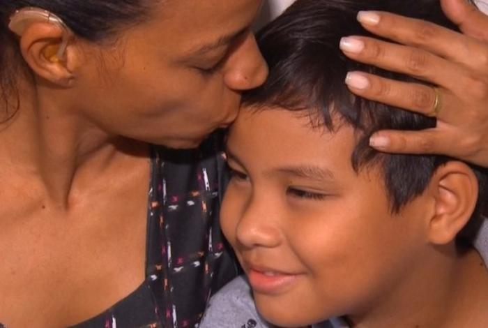1 menino de 9 anos 14774350 1 - Menino escreve carta para Papai Noel e consegue cirurgia auditiva para mãe