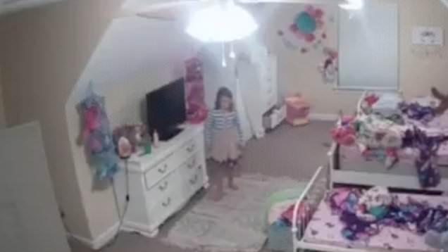 22143302 0 image m 4 1576140675890 - 'Papai Noel': Hakcer invade câmera de segurança e conversa com menina - VEJA VÍDEO