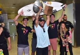 Ítalo Ferreira, campeão mundial de surf, é ovacionado ao desembarcar no Brasil