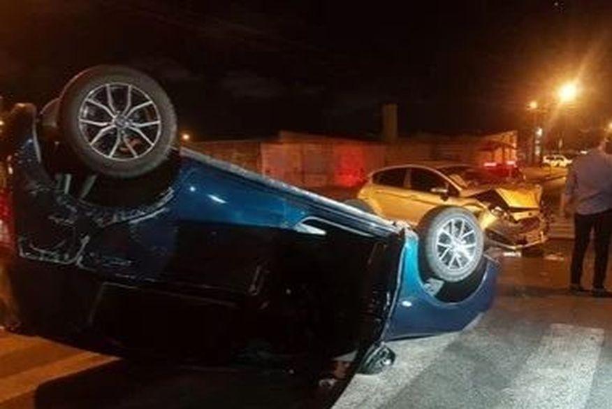acidente bessa - Carro capota após colidir com outro veículo em João Pessoa