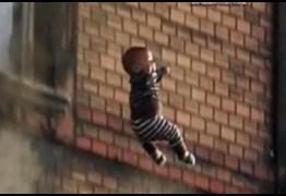 Criança morre após ser jogada de prédio por padrasto